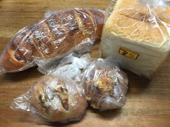 うちの妹の差し入れ♪ すげ~重たいパンです!w いい意味ですよw詰まってるって感じかな?本物感あんな~♪ ちなみにメイドイン宿毛ですw