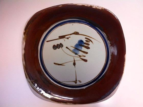 日本製のダンスクなんですよね。珍しいでしょ~♪ 昔はあったみたいですね、。 で、特にこの図柄は珍しいとおもいます。ダンスクぽく無いところが逆に良いんですよね! デッドで見つけ、即購入! 写真じゃ分かり辛いけど、ブルーのサークルから外の縁がわりと立ち上がってて汁の多い料理なんかでもざっくり盛れそう。 北欧デザインの日本生まれ、、、違和感なく和洋どちらも似合そう♪   *結構大きくて31㎝あります。