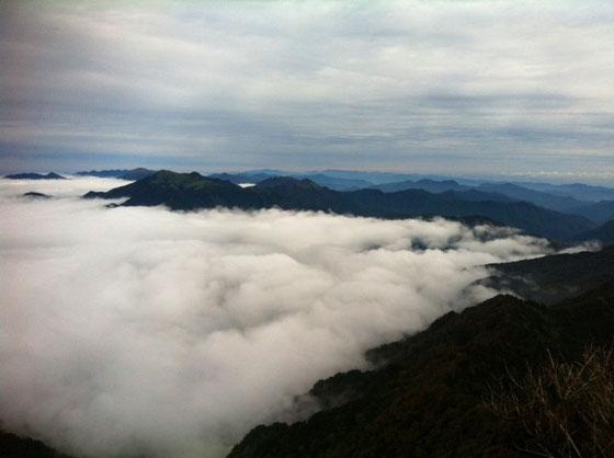 で北側がこんな感じ!瀬戸内海側からのガスが石鎚山系山脈でせき止められてて、高知県側はガス無しです! 奥に頭出してる山が瓶ヶ森なんですけど、ガスはいつも全体的に真っ白になるんで、なんも見えないか、、ガス無しかの両極端なんですよね、。 雲のサンドイッチ、、悪くないでしょ~♪