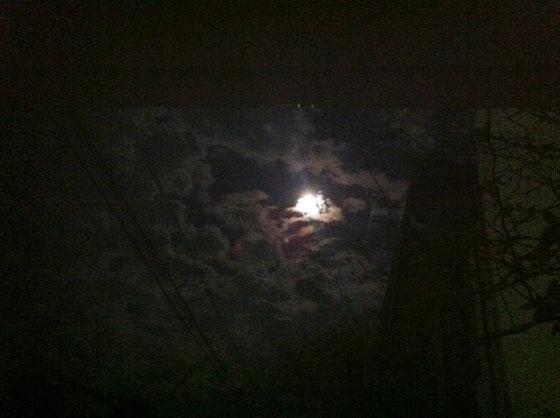 先日に続き昨日も月の観察の宿題が出てたので、。 昨日はスーパームーンって言うんですね、、雲がだいぶじゃまでしたw