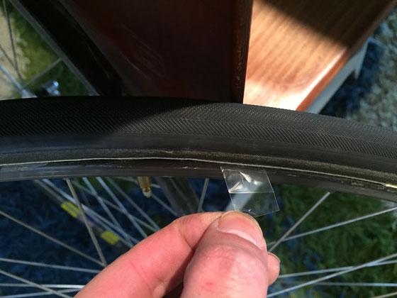 で装着し終えるとテープがこのように、、、これをゆっくり引くと剥がれてタイヤとリムが接着します。