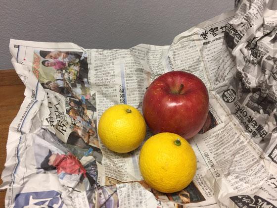 今朝は、雨上がり後で天気も良いし空気が澄んでるというか、、とりあえず気持ちがいいですね~♪  さて、このフルーツは新聞に包まれた状態で頂いた♪ 素朴で果物にもあってるし、こんな感覚いいわ~♪ *これを英字新聞なんかでやっちゃうと寒くなるんですよね~、、、w