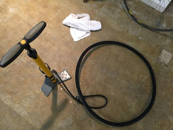 次に装着するタイヤに2気圧程度の空気を入れます。