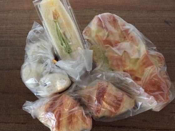 コミベーカリーのパン♪ 僕の好きな小豆が入った丸っこいのがあるわ♪ 速攻でパクつきましたwww やっぱうまいわ、、ありがとうございました♪