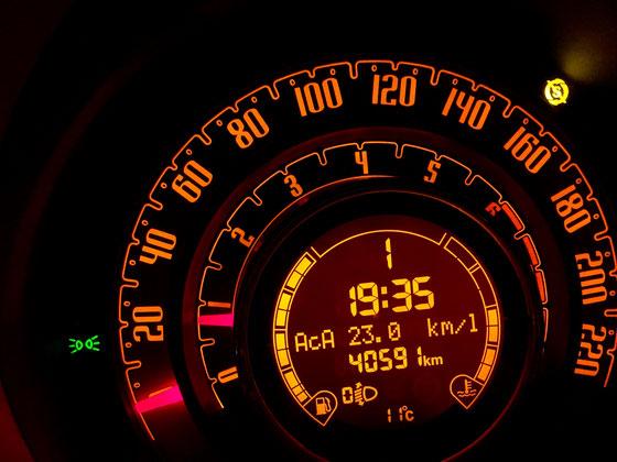 燃費を意識して走ると(荒いアクセルワークをしないだけ!)燃費がグッと良くなるうちの車、、久しぶりにリッター23kmが出た♪ 過去に24kmを出したことあるけど最近は21km止まりだったから、、、、少し嬉しいwwww ちなみに街乗りだとリッター15km前後!(汗) てかここまで差がでるもんかね!? この数字あってんのかな?
