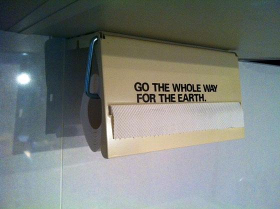 でコイツはスチール製で重たくてイイ感じ♪ で更に剥離剤で塗装落としてスチールむき出しにしようかと考えたけど失敗したら悲しすぎるんでまたの機会にw *「go the whole way for the earth.」はアルファベットシールでDIYね♪