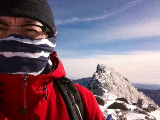でサックと到着。 なんかあっさり登頂で来ちゃったんですけどw 一応自撮りして記念撮影、、険しい顔してんのは風がキツかったからですw