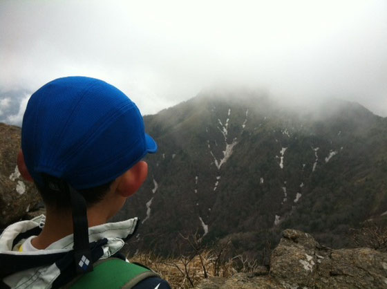 森林部を抜け稜線に、、目指す山頂はガスの中。