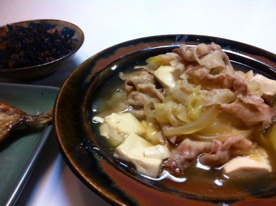 奥さんが作る肉豆腐は名前のまんまで肉と豆腐しか入ってないけど、昨日のは玉ねぎ入りで甘味もましてて、超美味かった~。。。 ひじきの煮物も中華風の炊き方にアレンジされててこっちの方が僕好みでした♪ *中華だしとごま油、オイスターソースなんかを使ったらしいです。