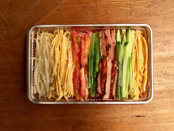 昨日の塾弁は冷麺弁当! 保冷バッグに保冷材を敷いて、タレは小さいサーモスに入れて氷もin! 完璧に冷たい状態をキープするようにして持たせやした♪ 塾から帰って来て「具が多すぎ!」と愚痴られました、。