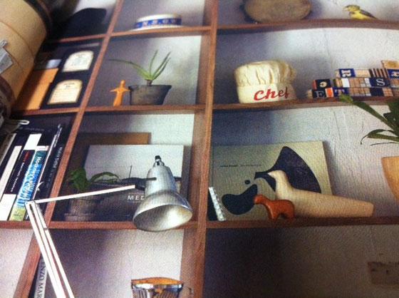家に無印のカタログがあったんでめくってみた、。 ヴィタリ先生の作品(左上の人型の人形&右下の羊の木製品)がディスプレイに、、、、なんか超いやなんですけど、。w て言うのもここの製品(無印)って有名デザイナーとかの製品を超真似てる物が多くて、、、もしかしたらインスパイアしてんのかな?w ヴィタリの作品に似た玩具は作らないでほしいな~ww *僕は無印が嫌いではありません!むしろ超好きだし、家は、ここの製品であふれていますw
