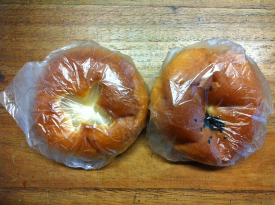 白黒二種類のあんぱんを頂いた、、自分で食べようと買ったパンなのに、、それもこの二つしか買って無かったのに、、、、「いいよ!自分で食べてぇ!」「いい、いい、、美味しいから食べてぇ!」みたなやり取りを繰り返してましけど、お言葉に甘えていただきました、。 感謝です♪  稲田さんありがとうございました。 *あんぱん2個を買うって、なんかカワイイとおもいませんか?w