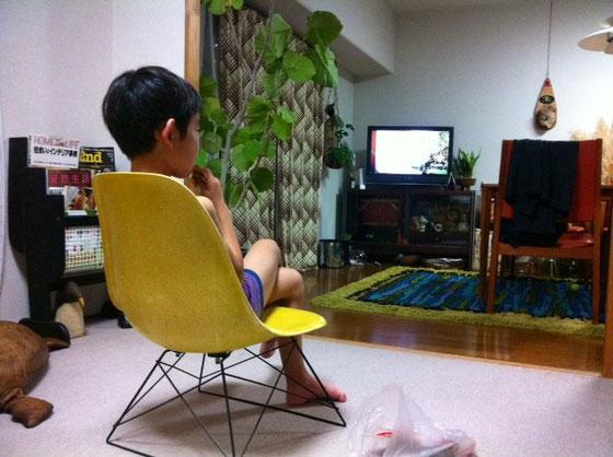 昨日帰宅すると椅子を動かし足を組み、お菓子を食べながらテレビを見てました、。 だんだん一著前な感じに。。。。