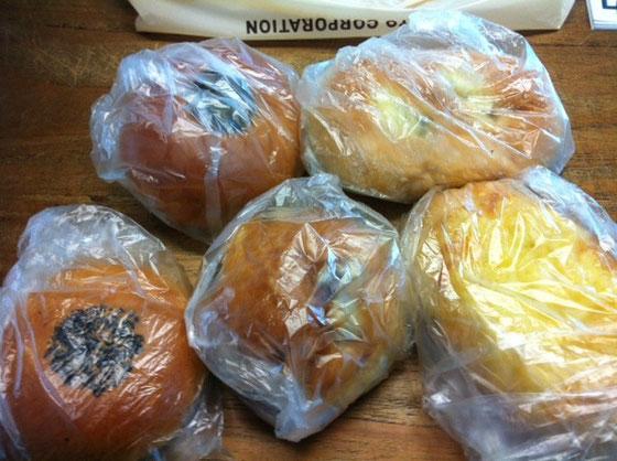 医療センター内に手作りパンの店があるらしく、、で美味しいらしく、、で貰った♪ ズーチーがたっぷり乗って中にひき肉が入ったパンを今朝いただきましたが、超うまい!オーブンで焼き直して大正解でした♪ 僕の好きなレーズンパンもあるからおやつにでも♪♪ 片岡さんいつもありがとうございます。
