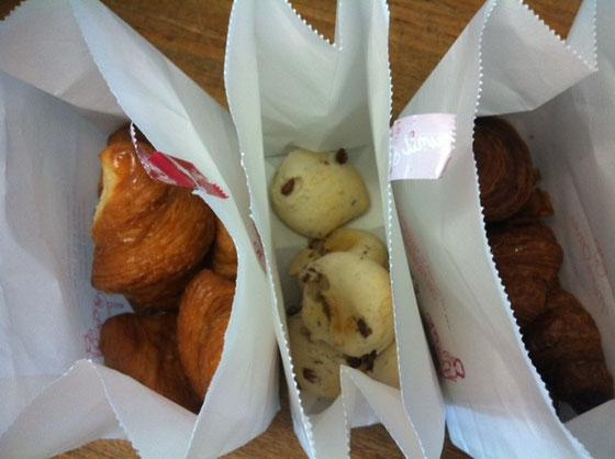 パンの差し入れ♪ 真中の小豆が入ったもちもちのパンがヤバイくらい美味かった! ミツオさんありがとうございました。