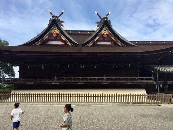 盆休みを取って小旅行をしてきました♪ 観光一発目は「吉備津神社」へ♪ この神社がウリにしてるのが、二つ並んだ大きな破風(屋根の三角の形したやつ)なのに観ないで素通りしていく息子さんと奥さん!(汗汗)