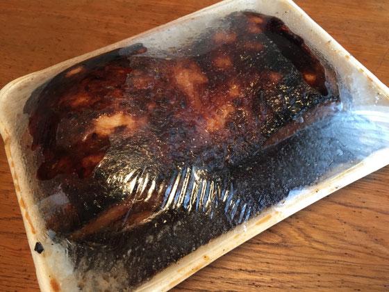 トロトロの煮豚です♪ サイズ感が出てないけど、子供の枕くらいの大きさです‼ カロリーが気になる所なんですけどw油は抜けてるから思ってるほど高カロリーじゃないらしいです♪ 1㎝程に切って炙るとサイコーらしい、、そりゃ~旨いに決まってますよね~♪ 野崎さんいつもありがとうございます。