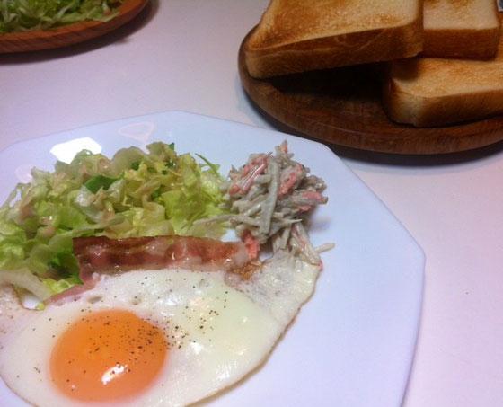今朝はベーコンエッグとトーストで、、、哲平は、やはりご飯の方がいいみたい、。(汗)
