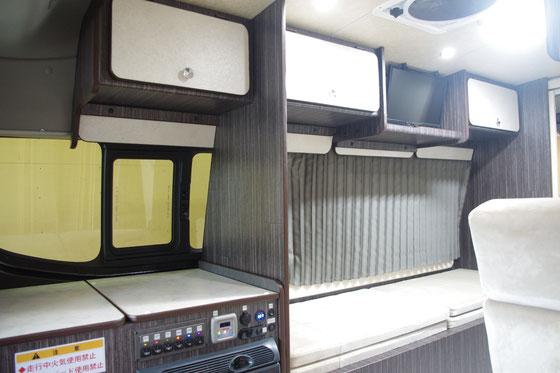 ▲オーバーヘッドトレーに並んでTVも設置しています