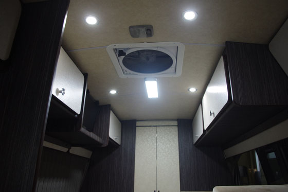 ▲頭上空間には、収納力バツグンのフタつきトレーを左右に設置し、換気扇、ダウンライトも装備