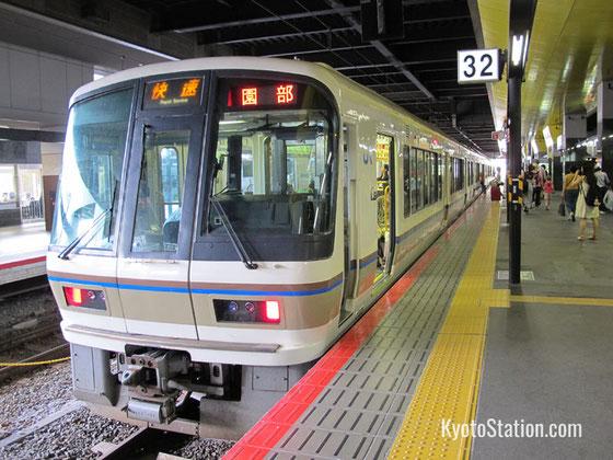 Train pour Nijō sur la JR Sagano Line  (Crédit photo  https://www.kyotostation.com)