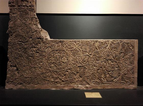 Het stenen reliëf uit de tiende eeuw na Chr. met zevensterren en negenhoeken, gevonden in de regio Khorasan.