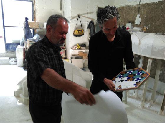 Mr. Ghanbari (links) overhandigt het tableau en toont ontwerptekeningen.  Foto Maite Karssenberg