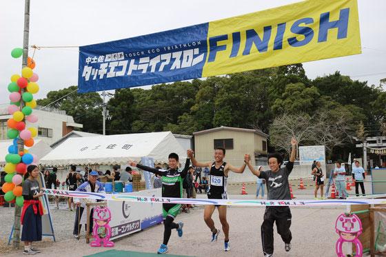 第一コンサルタンツ高知大学原研究室連合Bチームの中田(スイム、高知大)、那須(バイク)、中平(ラン)の選手がゴール。2時間15分で第5位。