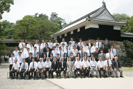 経営方針発表会の前に高知城追手門前で撮影