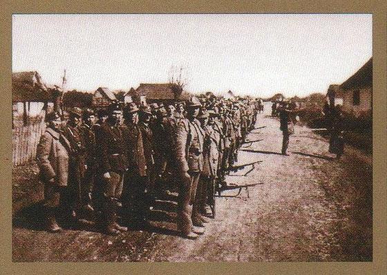 Balegovački branitelji. Baja Petar predaje raport Rudiki Šnjuru, krajem 1943., u Balegovcu na glavnoj cesti ispred kuće Marka Pavlovića.
