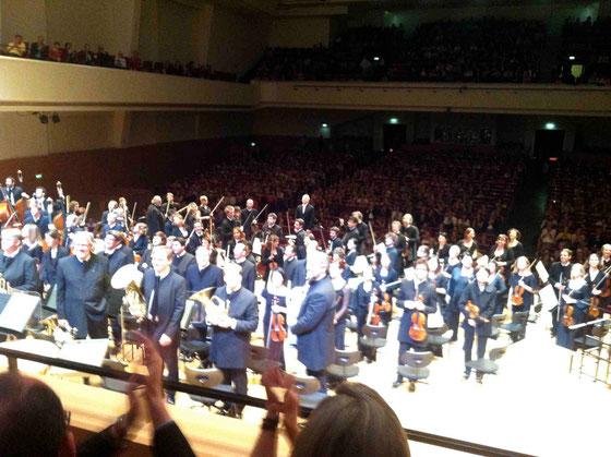 オーケストラの後ろの席で聞いてきました。後ろを向いて挨拶してくれる皆さん。