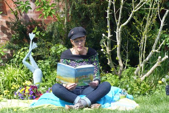 Clara Corinna Pelch mit den Tierschutzhunden Finja und Gary präsentiert ihr neues Bilderbuch Mit 20 Pfoten on Tour