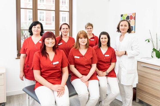 H.v.l.: Simone Heucke (Praxismanagerin), Yvonne Heucke (Krankenschwester), Sibylle Kügler (Patientenannahme). V.v.r.: Julia Seelig, Sandra Strahl (Arzthelferin), Sabrina Harting (Medizinische Fachangestellte).