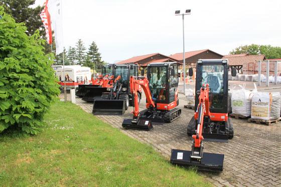 Foto Baumaschinen und Anhänger, Baustoffhof