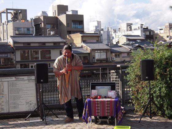 京都 四条大橋東詰 ストリートミュージシャン アンデス音楽 H25.10.21