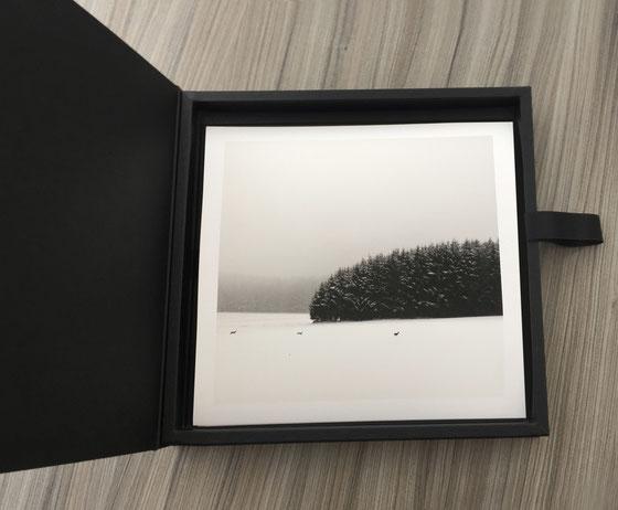 Abstrakte See- Landschaft mit BEwegung in schwarz-weiß sepia getönt.