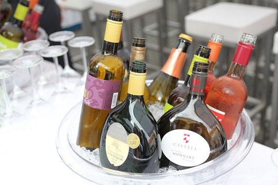 Gut gekühlt warten die herrlichen Weißweine auf verzücktes Ah und Mmmm der Festivalbesucher Bild: Fränkischer Weinbauverband/A. Pirchmoser