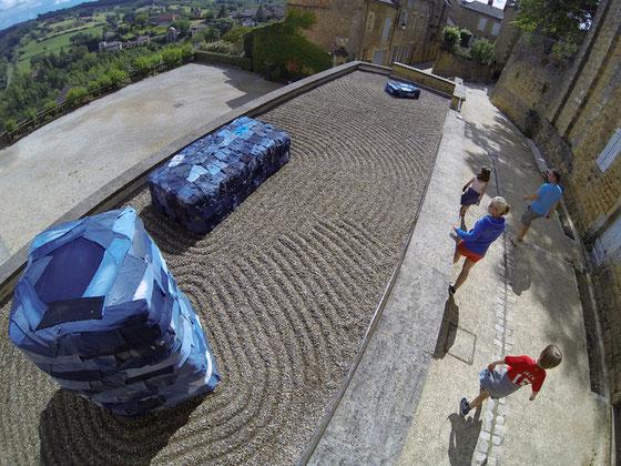 A Belvès en Dordogne, l'artiste Laurent Valera parle de l'eau au travers de la production du blue jeans.