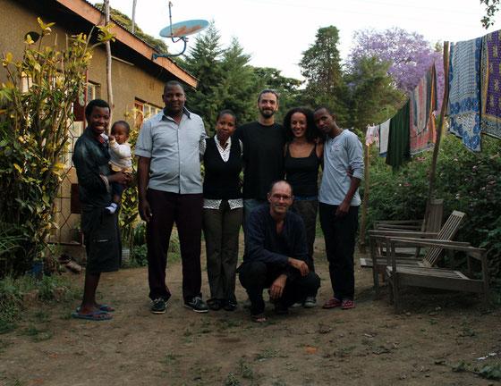 De belles rencontres : Baraka et son neveux, son beau-frère Pierre, sa soeur, Alex et Farida de l'Alliance Française et le petit frère de Baraka.