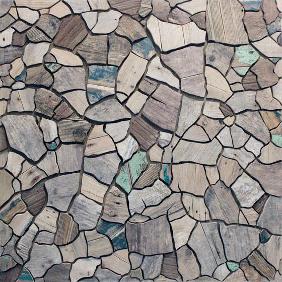 L'artiste pauillacais a glané sur les rives de l'estuaire de la Gironde des planches de bois flottées afin de matérialiser cette oeuvre à l'image des vases séchées sur les rives