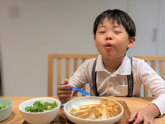 カレーを食べる子供の写真