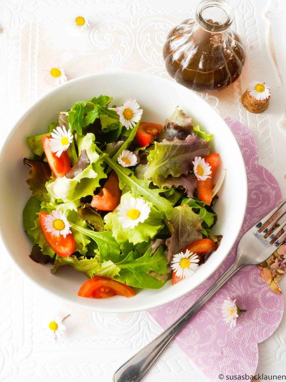 Salat mit Gänseblümchen