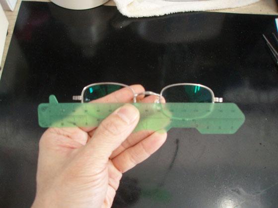 印点を打ち、PD(瞳孔間距離)をチェックする。