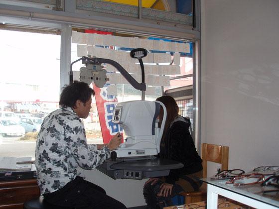 視力測定。オートレフラクトメーターという機械で、おおよその度数を測定します。角膜の歪みや水晶体の濁りも検知可能です。