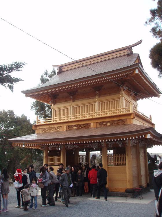 新築された参道門。真新しい木は黄金色に輝きを放つ。