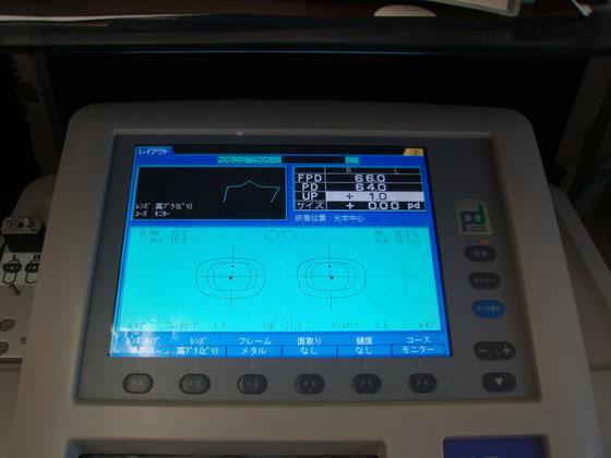 コンピュータ画面を使い、瞳孔間の広さや視点の高さなどの測定データを入力する。