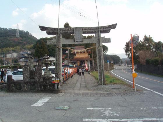 若宮神社の鳥居。参道横には出店が並ぶ。