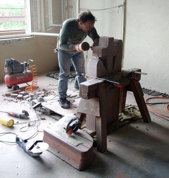 Arbeiten mit Sandstein in der Produktionshalle