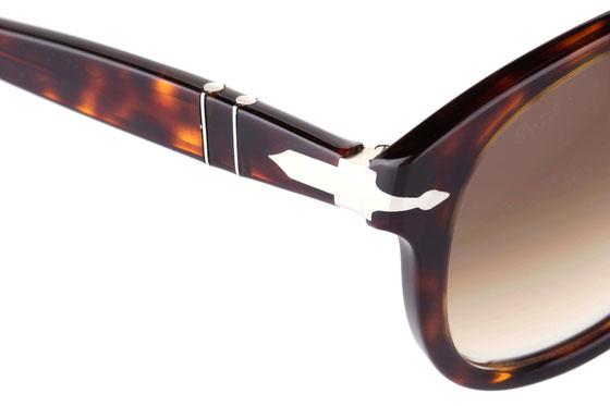 Occhiali da sole uomo Persol Modello: 0649. Colore: 24/51 tartarugato. Colore lenti: marrone sfumato. Calibro 49-20, 52-20, 54-20 . Forma: Pilot. Materiale: plastica. Protezione UV 100%
