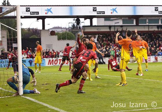 Díaz de Cerio corre a celebrar el segundo gol del Mirandés, primero de su cuenta. Foto: www.cdmirandes.com